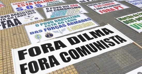 22mar2014---manifestantes-fazem-cartazes-na-praca-da-republicapara-a-marcha-da-familia-com-deus-pela-liberdade-no-centro-de-sao-paulo-outras-duas-marchas-uma-pro-e-uma-contra-a-intervencao-militar-no-1395511112891_956x500