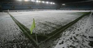 26nov2013---neve-cobre-campo-de-futebol-no-estadio-arena-khimki-em-moscou-na-russia-1385492021633_956x500