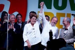 26out2014---a-presidente-reeleita-dilma-rousseff-discursa-para-militancia-durante-comemoracao-do-resultado-das-eleicoes-presidenciais-em-um-hotel-ao-lado-do-palacio-da-alvorada-em-brasilia-1414367462138_1920x1279