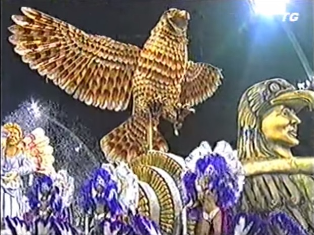"""01347ff821 ... a Gaviões da Fiel fez uma conturbada apresentação em sua volta ao Grupo  Especial. O desfile """"Asas da Fascinação"""" começou a ter problemas antes  mesmo dos ..."""