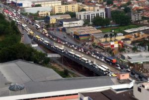 Engarrafamentos constantes em várias cidades. Nesse caso, em Cuiabá.