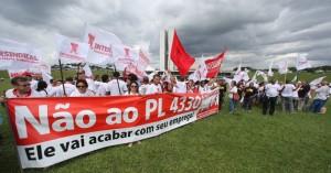 7abr2015---manifestantes-ligados-a-cut-fazem-nesta-terca-feira-7-em-frente-ao-congresso-nacional-em-brasilia-um-protesto-contra-o-projeto-de-lei-4330-que-liberaliza-a-terceirizacao-de-empregados-1428433776746_956x500