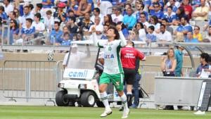 camilo-da-chapecoense-comemora-gol-marcado-contra-o-cruzeiro-durante-partida-valida-pelo-campeonato-brasileiro-2015-no-estadio-mineirao-em-belo-horizonte-mg-1434902051185_1920x1080