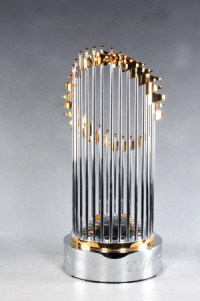 Foto do Commissioners' Trophy que é dado ao campeão da MLB ao final da temporada.