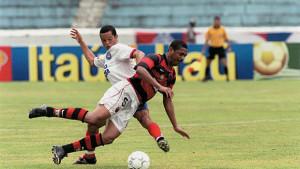 em-2001-vampeta-estreava-pelo-flamengo-na-primeira-vitoria-dos-cariocas-contra-os-baianos-em-12-anos-2-x-0-fora-de-casa