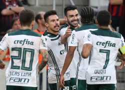 O jogador Bruno Henrique, da SE Palmeiras, comemora seu gol contra a equipe do C Atlético Paranaense, durante partida válida pela quarta rodada, do Campeonato Brasileiro, Série A, na Arena da Baixada.